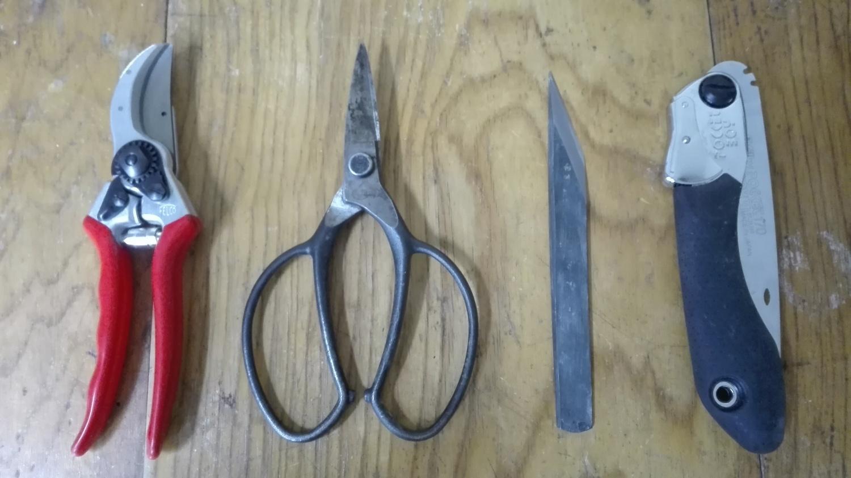 刃物系道具たち。左からフェルコ2。岡恒の植木鋏。有次の切り出しナイフ。シルキーのポケットボーイ170。ふふふ。