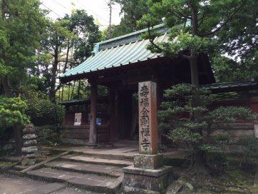 【寿福寺の総門。開基(創設者)は北条政子、開山(初代住職)は栄西です】