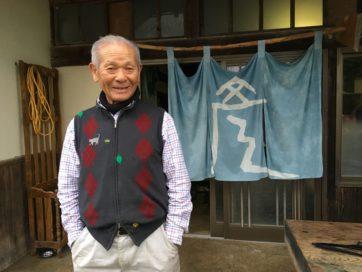 大玉村での藍染めの活動を共にする、キャプテンの彦太郎さん。ベストの虫食いにフェルトのアップリケをオン。猫、草、くちびる、バラエティにとんだ絵柄。アップリケは近くの巨大ホームセンターで買ったという(奥さん談)