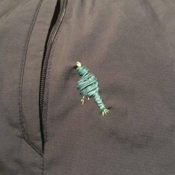 人間より動物が好きな建築家の友人のナイロンジャケットに穴が空いていたのを見つけたので、その場で鳥をオン。