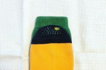 台湾で買って気に入ってる、かぼちゃのような色合いの靴下。穴の修繕と、擦り切れ予防のためのステッチも合わせて。
