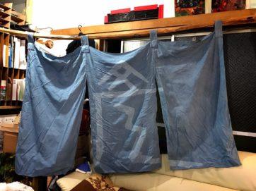 それからこれは、歓藍社の活動拠点のシンボル的な暖簾を「1年経ったから・・」とえれなさんが染め直しを試みている途中経過。ここから文字の部分は白く抜く。
