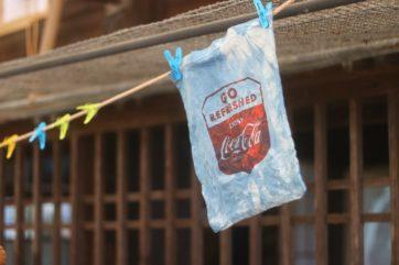 ざる染めという手法でまだらな模様をつけた。コカ・コーラとの対比もまた気にいっている。