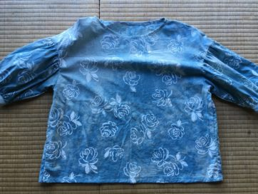 藍の乾燥葉で空の色に染まった布に、元の布地にあった白い花柄が浮かび上がった。
