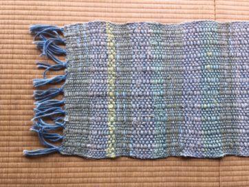 こちらはさらに進化バージョン。いらなくなった布を染めて、裂いて、織ったもの。なべさん作のラグ。