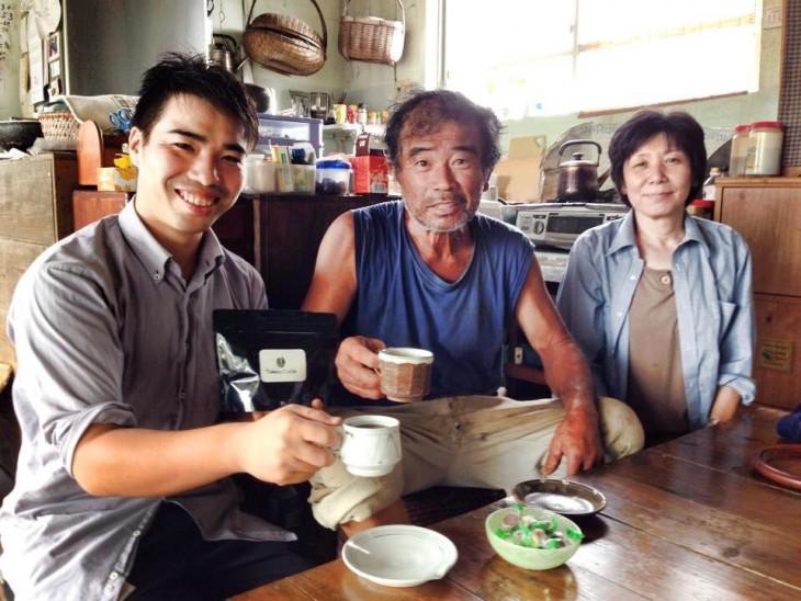 父ちゃんと母ちゃん。一緒に写っているのは、石垣島で珈琲農園を営む大学の先輩、武田さん。