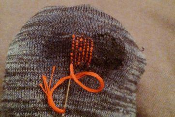 初期の頃のお直し。最初はよくわからずボタンつけ糸を使っていた(黒い部分も全部縫ってる)ラチがあかなくなって再び刺繍糸に移行した写真これ。