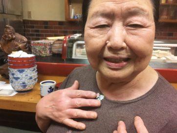 ご近所東向島、恵比寿寿司の大将のおちゃめなお花アップリケ。ご主人を早くに亡くされたお母さんが50年以上寿司職人として店を切り盛りするお店。行くと昔の墨田の話や身の上話をいろいろとしてくれる。